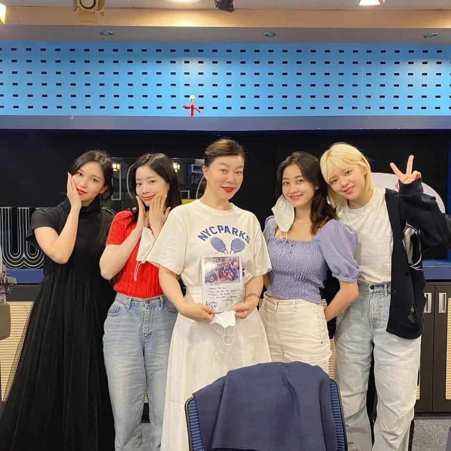TWICE est 'irrité' à cause de la voix de JYP dans leur nouvelle chanson, les fans la suppriment